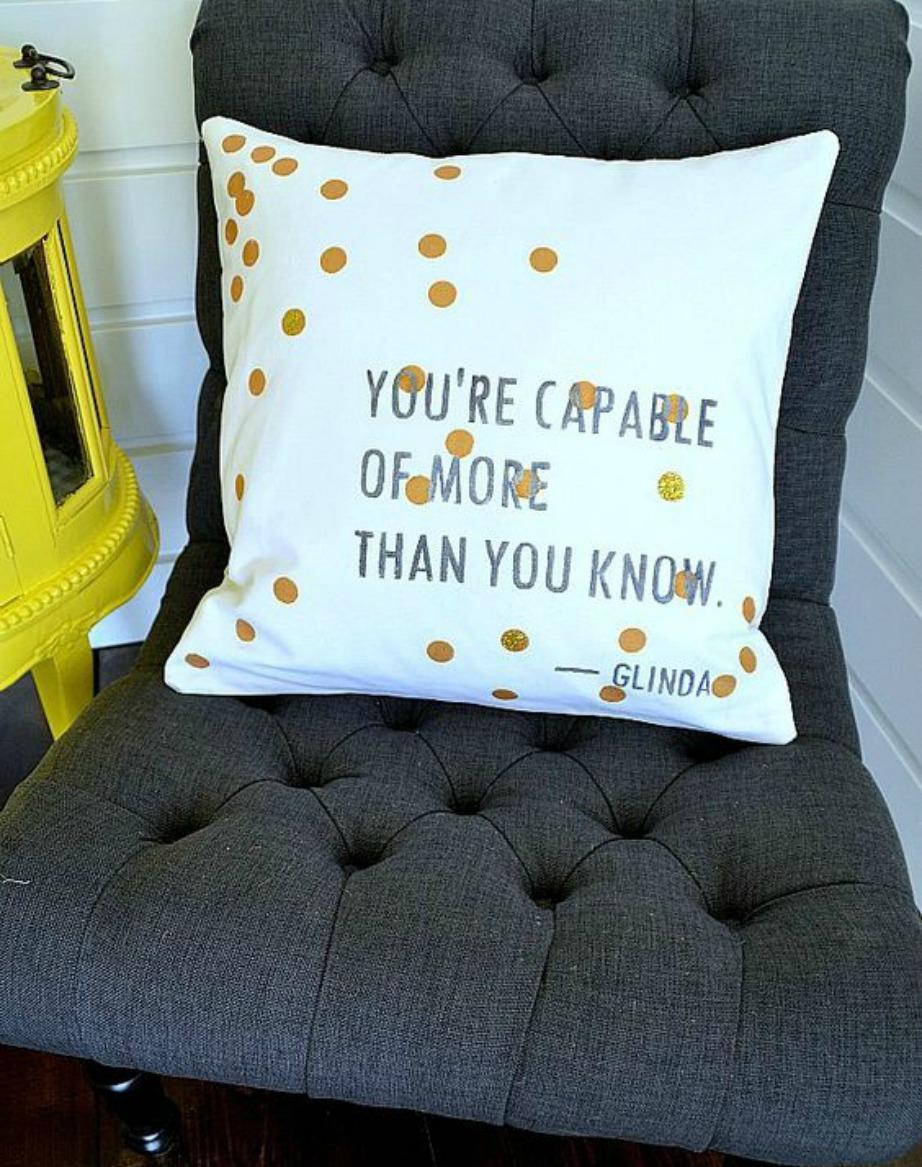 Τα μαξιλάρια με quotes είναι μια πολύ καλή λύση για τη διακόσμηση του σαλονιού σας. Θα δώσουν στιλ στον χώρο σας και έμπνευση σε εσάς.