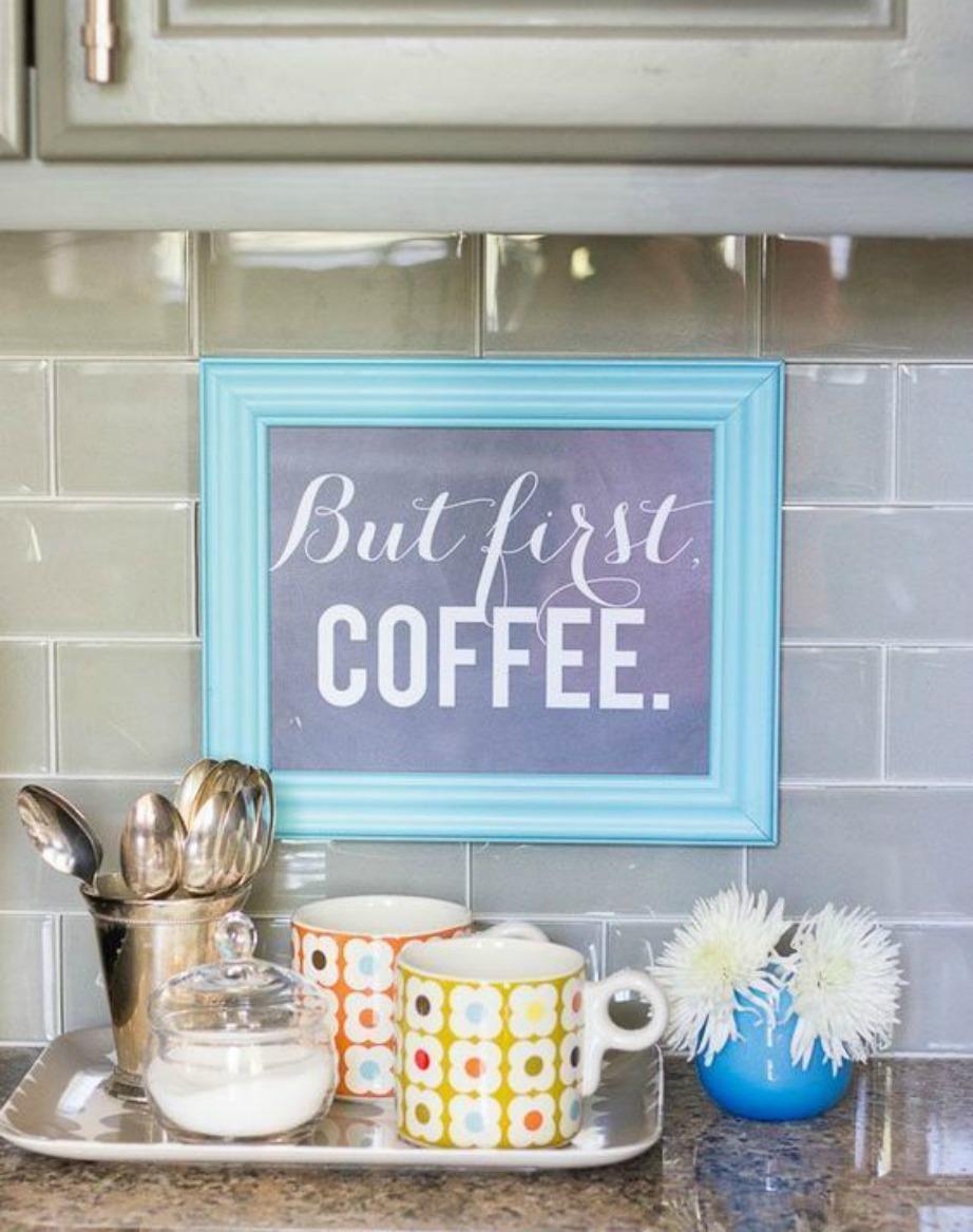 Στην κουζίνα μπορείτε να βάλετε ένα ξύλινο καδράκι με λέξεις όπως 'Breakfast', 'Coffee', 'Tea' και 'Eat'.