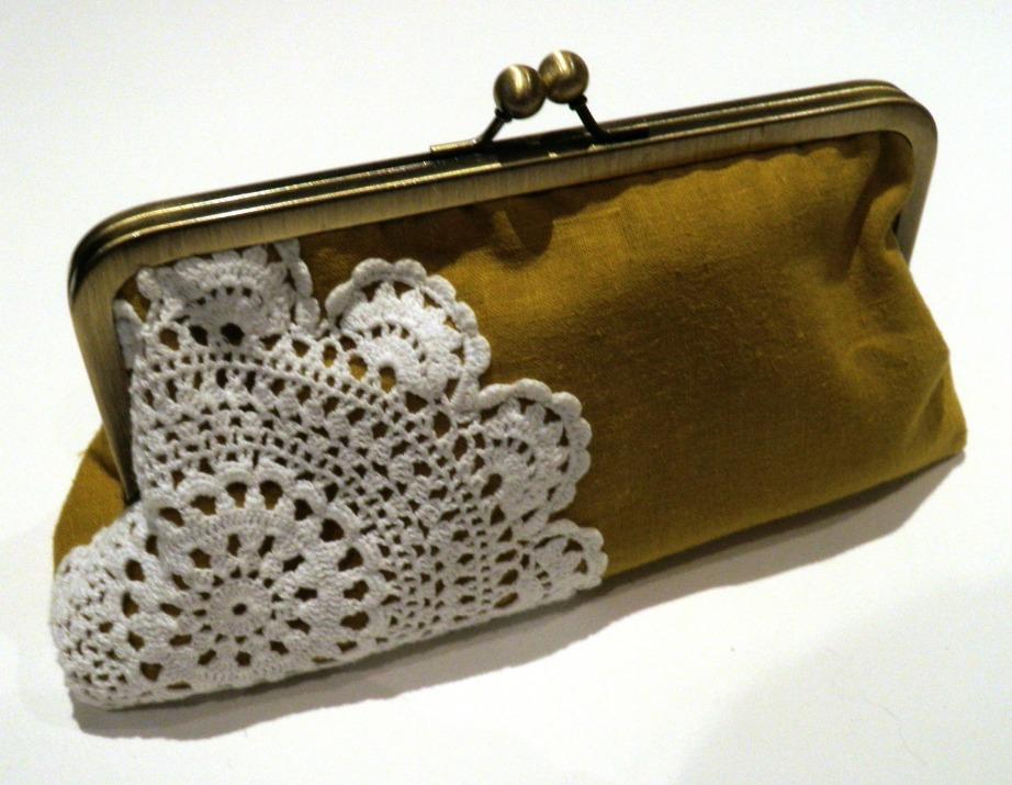Διακοσμήστε την υφασμάτινη τσάντα σας χρησιμοποιώντας τα σεμεδάκια της γιαγιάς.