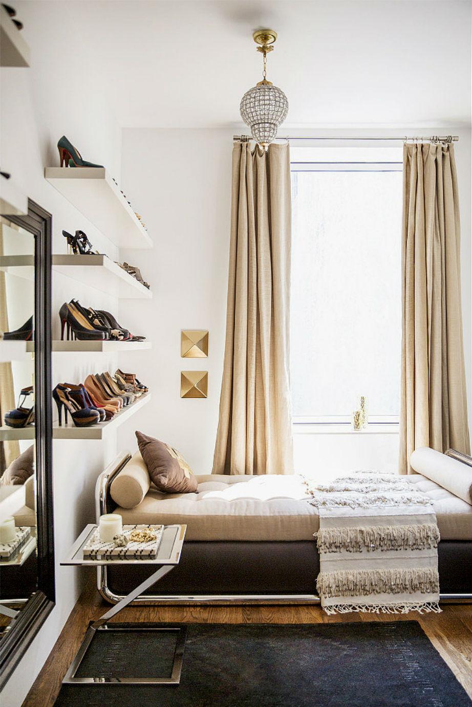 Παπούτσια στα ράφια για ένα... boutique αποτέλεσμα.