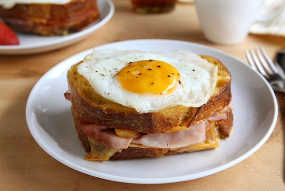 Αυτό είναι ένα από τα πιο συνηθισμένα τοστ με μια μικρή παραλλαγή. Αντί να το φάτε σκέτο με ζαμπόν και τυρί, προσθέστε ένα αβγό μάτι.