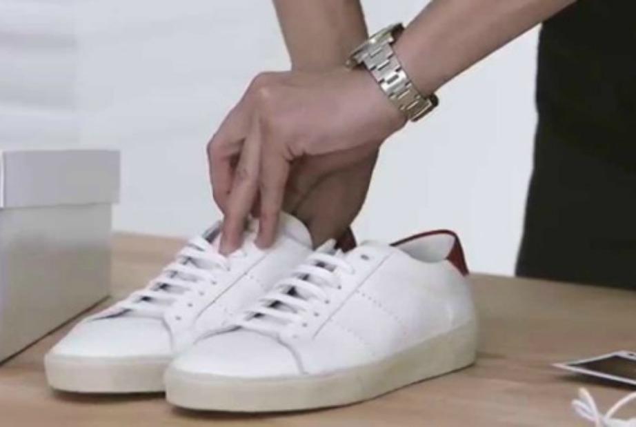 Καθαρίστε τα λευκά παπούτσια σας με ένα συρματάκια και λίγη οδοντόκρεμα.