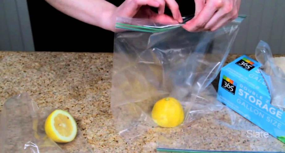 Ανοίξτε μια χαραμάδα στο φερμουάρ και ρουφήξτε τον αέρα που περισσεύει.