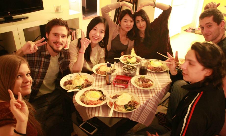 Όπως θα παρατηρήσετε στην εικόνα, στην Κορέα κανείς δεν πίνει νερό την ώρα του φαγητού.