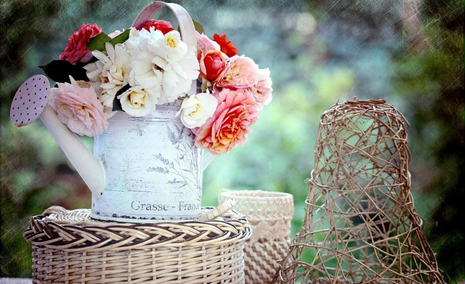 Μια ιδέα διακόσμησης που μας αρέσει πολύ γαι τους ανοιξιάτικους-καλοκαιρινούς μήνες είναι να τοποθετήσετε μέσα στο τζάκι σας ένα παλιό ποτιστήρι με όμορφα πολύχρωμα λουλούδια.