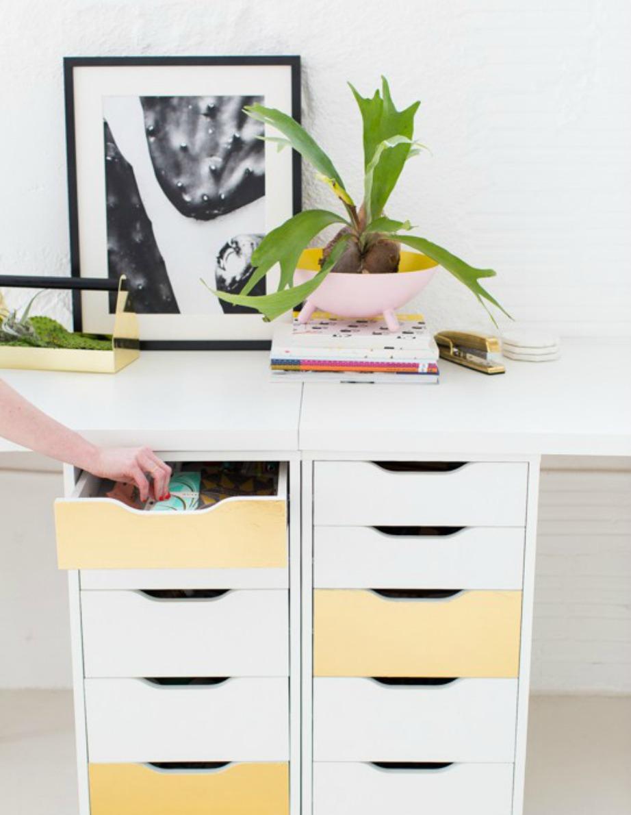 Βάψτε μερικά συρτάρια σε διαφορετική απόχρωση για να ανανεώσετε τη συρταριέρα σας.