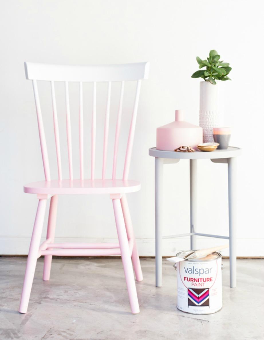 Το όμπρε χρώμα στην καρέκλα σας θα πετύχει καλύτερα αν επιλέξετε ανοιχτόχρωμη μπογιά. Στα πι σκούρα χρώματα η κάθε ατέλεια θα φαίνεται.