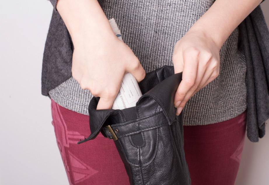 Γεμίστε τη βάση της μπότας με εφημερίδες και τοποθετήστε ένα μπουκάλι μέσα σε κάθε μπότα για να παραμείνει ομοιόμορφο το σχήμα της.