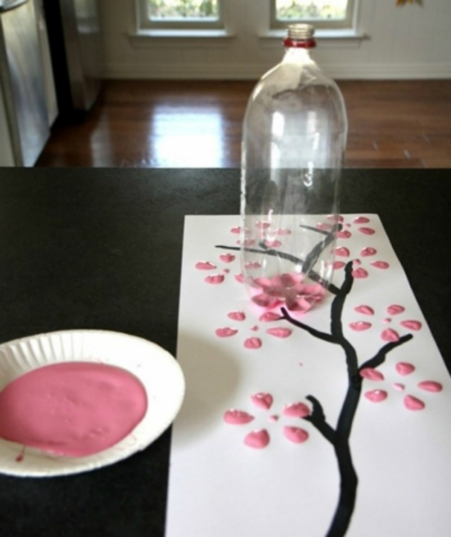 Φτιάξτε έναν μοναδικό πίνακα ζωγραφικής χρησιμοποιώντας αντί για πινέλο ένα πλαστικό μπουκάλι.