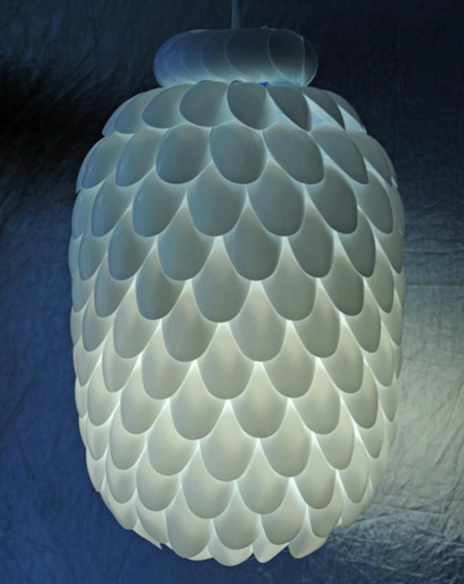 Μπορείτε να φτιάξετε αυτό το όμορφο φωτιστικό χρησιμοποιώντας πλαστικά κουτάλια.