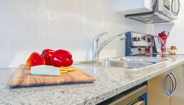 Καθαρίστε Τέλεια τους Πάγκους της Κουζίνας Χωρίς Τοξικά