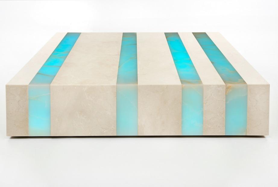 Το όνομα του συγκεκριμένου φωτιστικού-coffee table είναι Luminous Rock.