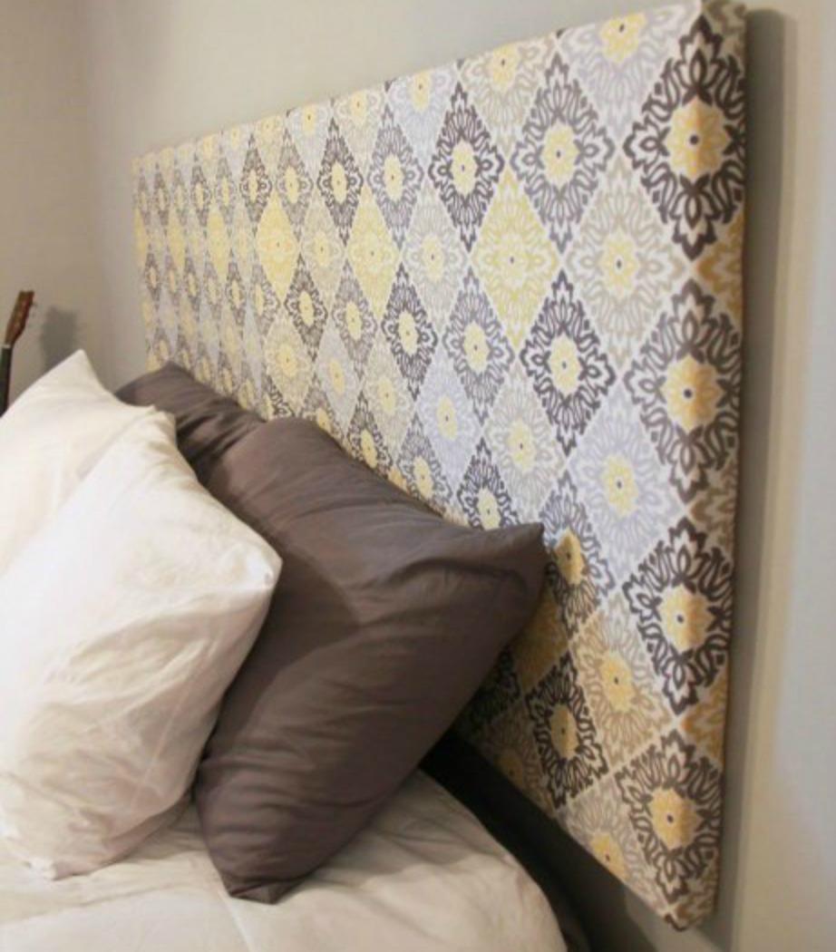 Δείτε πόσο πιο όμορφο δείχνει αυτό το κρεβάτι με το συγκεκριμένο κεφαλάρι που κατασκευάσαμε μόνοι μας.