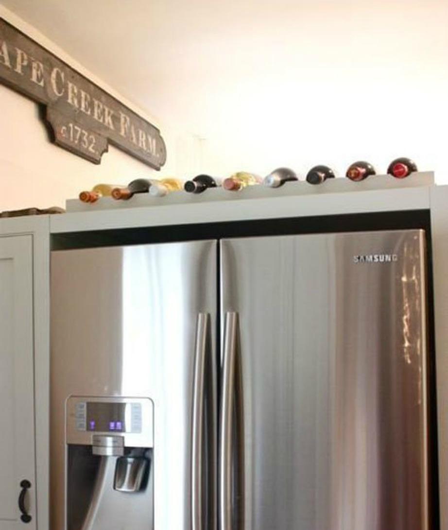Φτιάξτε μια μίνι κάβα κρασιών πάνω από το ψυγείο σας.