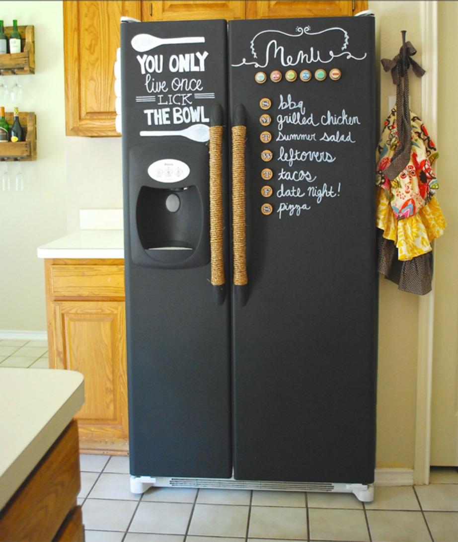 Βάψτε το ψυγείο με μπογιά μαυροπ[ίνακα για να γράφετε με κιμωλία όλες τις σημειώσεις και το μενού της εβδομάδας.