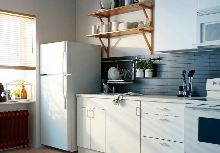 Η μήπως προτιμάτε αυτό το ψυγείο που είναι καθαρό και χωρίς μαγνήτες, ζωγραφιές και λίστες;