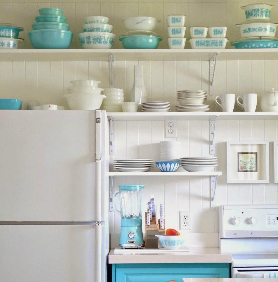 Μερικά έξτρα ράφια πάνω από το ψυγείο είναι η τέλεια λύση για να οργανώσετε ακόμα καλύτερα την κουζίνα σας.
