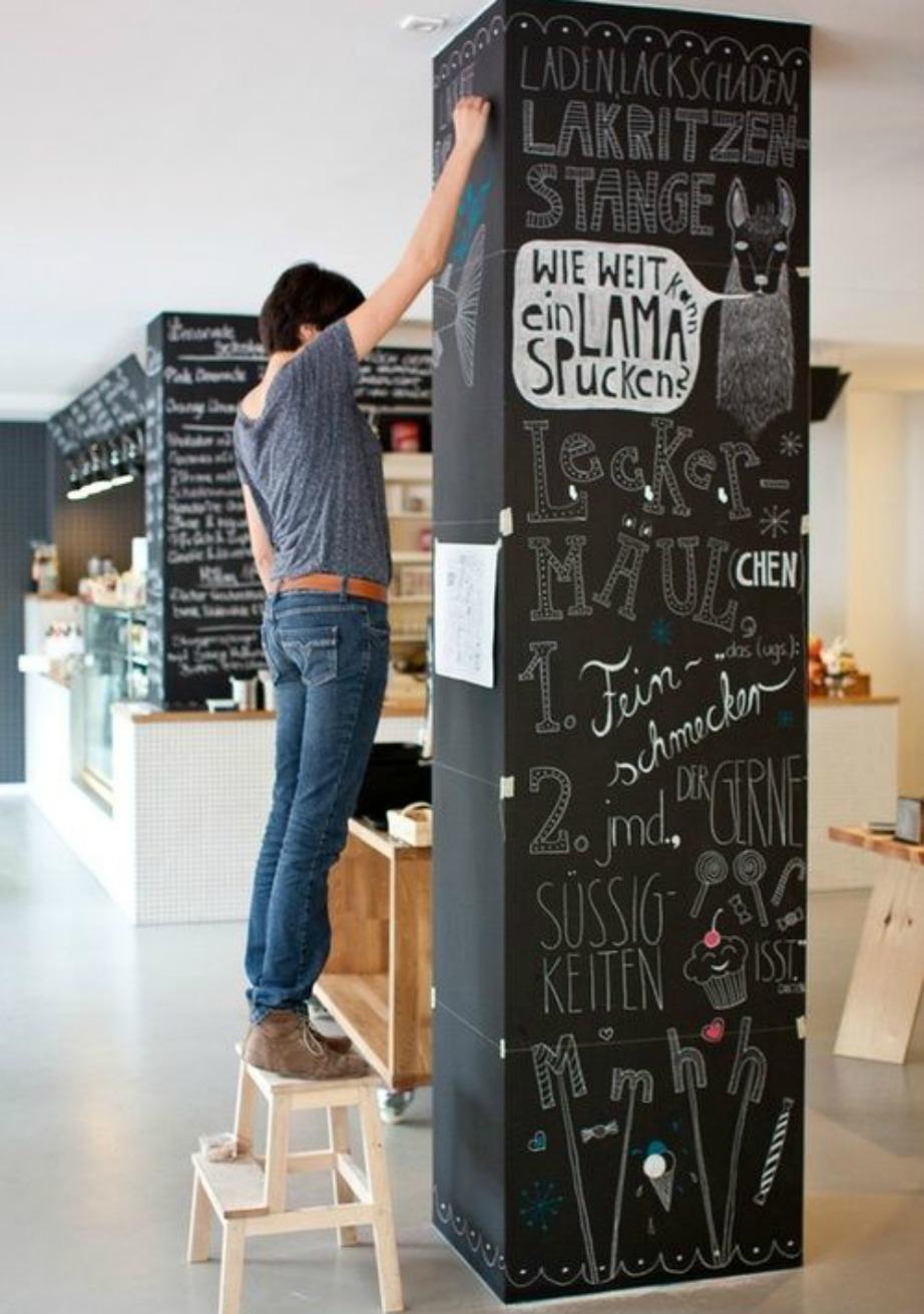Βάψτε την κολώνα με μπογιά μαυροπίνακα και με κιμωλία σχεδιάστε ζωγραφιές ή όμορφα αισιόδοξα μηνύματα.