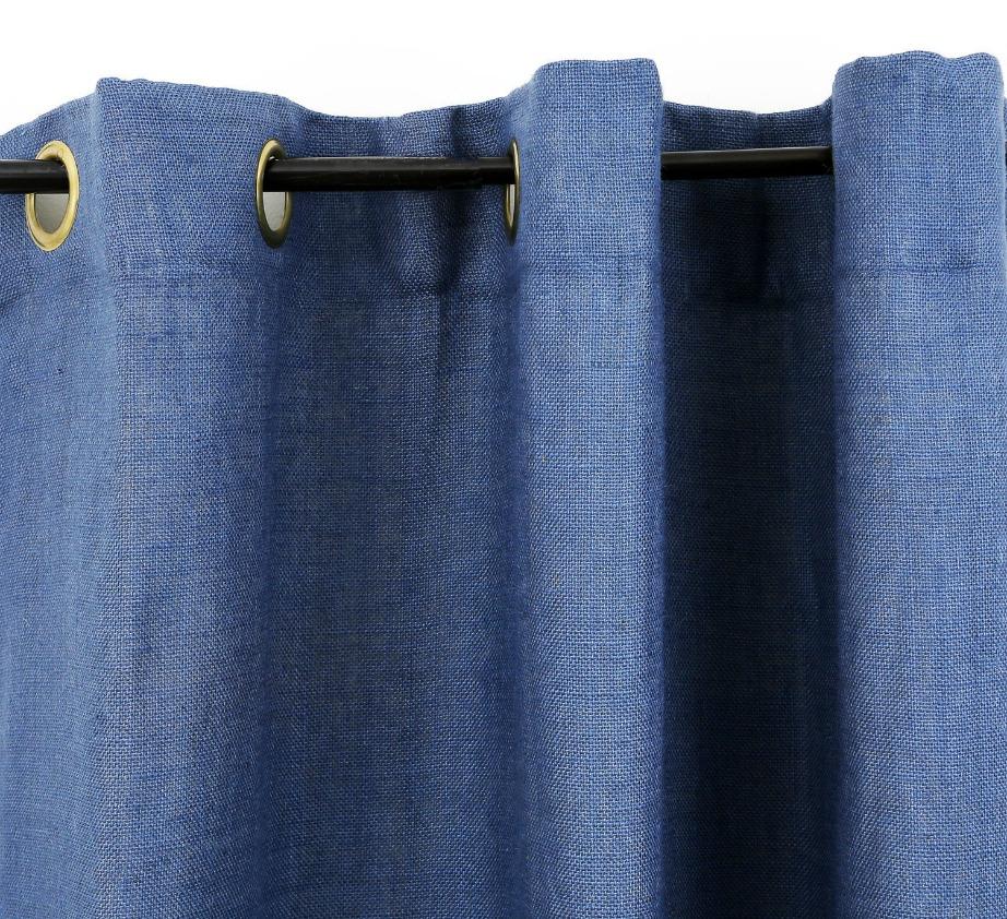 Το denim είναι ένα υλικό που κάνει δειλα την εμφάνισή του στη διακόσμηση. Μπορείτε να το βάλετε για αρχή στις κουρτίνες σας δίνοντας πιο casual στιλ σε όλη τη διακόσμηση.