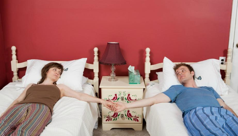 Τα μονά κρεβάτια είναι η μόνη λύση για να μειωθεί το ποσοστό των διαζυγίων.