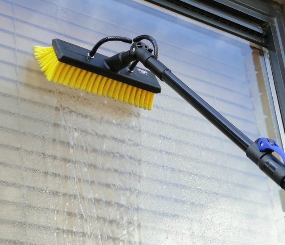 Προτιμήστε να καθαρίσετε τα παράθυρά σας μια μέρα που βρέχει για να μην ακούσετε παράπονα από τους γείτονες.