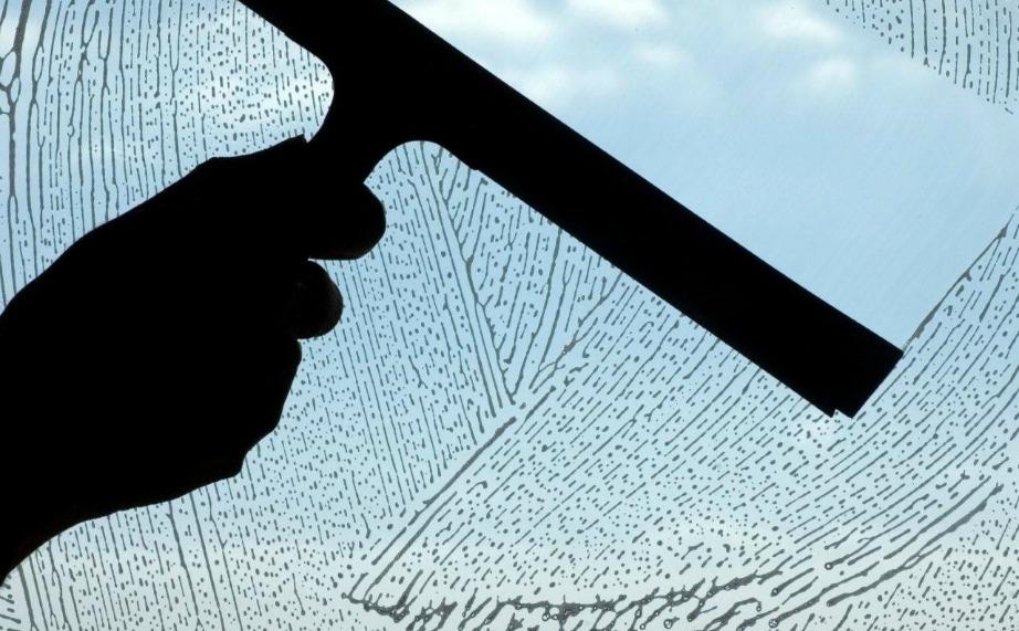 Το ξύδι και το καλαμποκάλευρο θα κάνουν τα παράθυρά σας να λάμψουν.