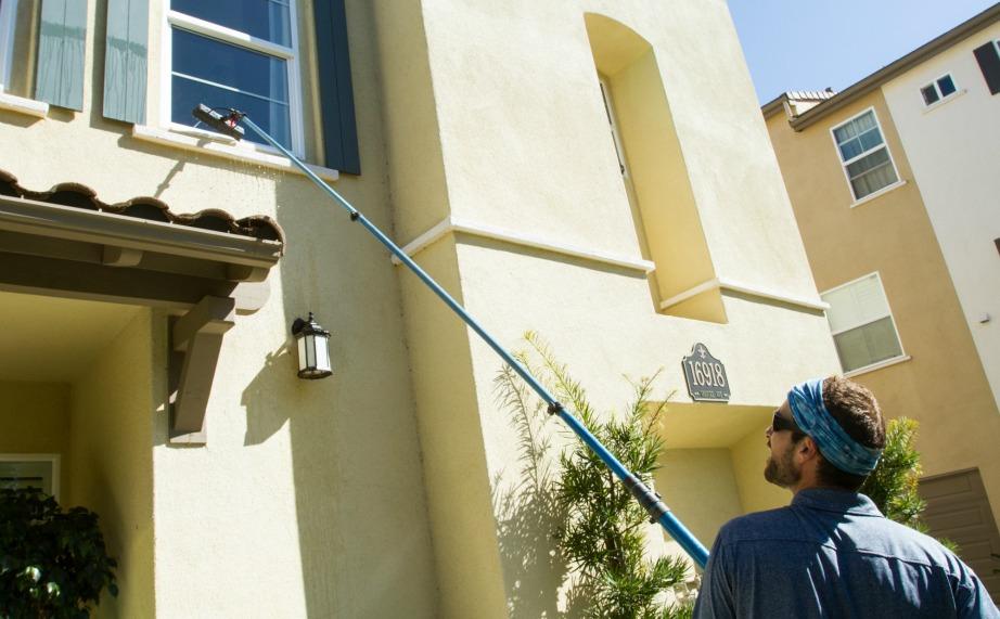 Αν μένετε στον πρώτο ή δεύτερο όροφο μπορείτε να χρησιμοποιήσετε βούρτσα με κοντάρι που ανοίγει.