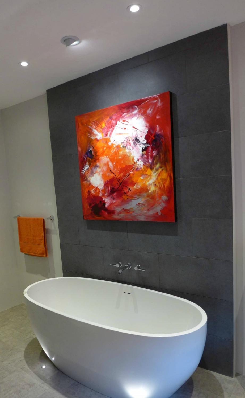 Δείτε πόσο ωραίος δείχνει αυτός ο πίνακας μέσα στο μπάνιο. Με το που τον τοποθετήσαμε (σε συνδυασμό με τον κατάλληλο φωτισμό) πρόσθεσε ζεστασιά στον χώρο.