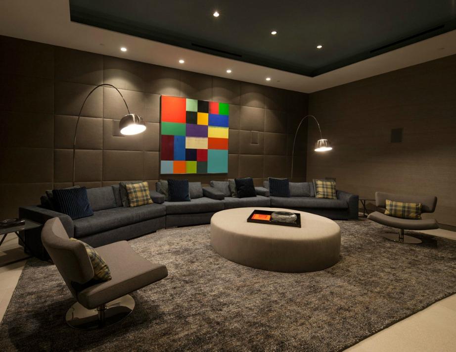 Ο χρωματιστός πίνακας γίνεται το επίκεντρο του δωματίου και λόγω χρώματος αλλά και επειδή έχει τοποθετηθεί από πάνω και δεξιά και αριστερά του ο κατάλληλος φωτισμός.