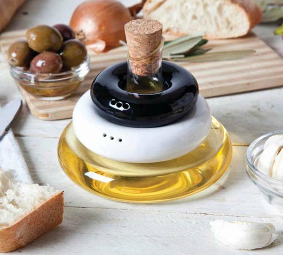Αυτό το μπουκαλάκι συνδυάζει 3 βασικά υλικά καθημερινής χρήσης: ελαιόλαδο, αλάτι και πιπέρι!