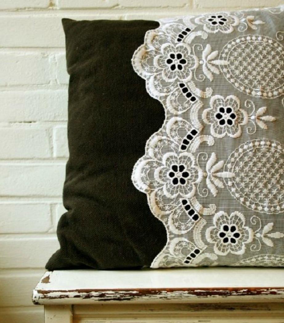 Ένα σκουρόχρωμο μαξιλάρι θα συνδυαστεί τέλεια με ένα λευκό ή μπεζ σεμεδάκι.