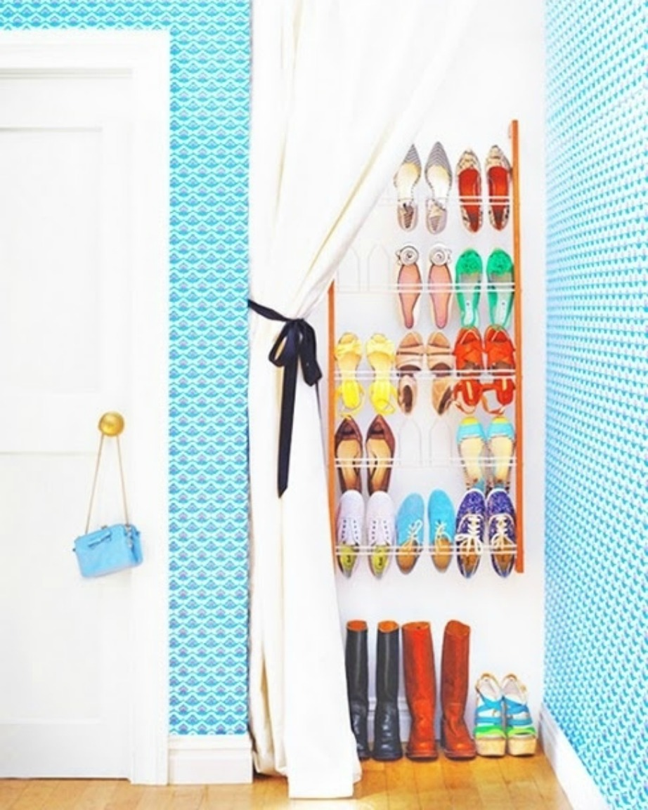 Φτιάξτε παπουτσοθήκη τοίχου και καλύψτε την με μια όμορφη κουρτίνα.