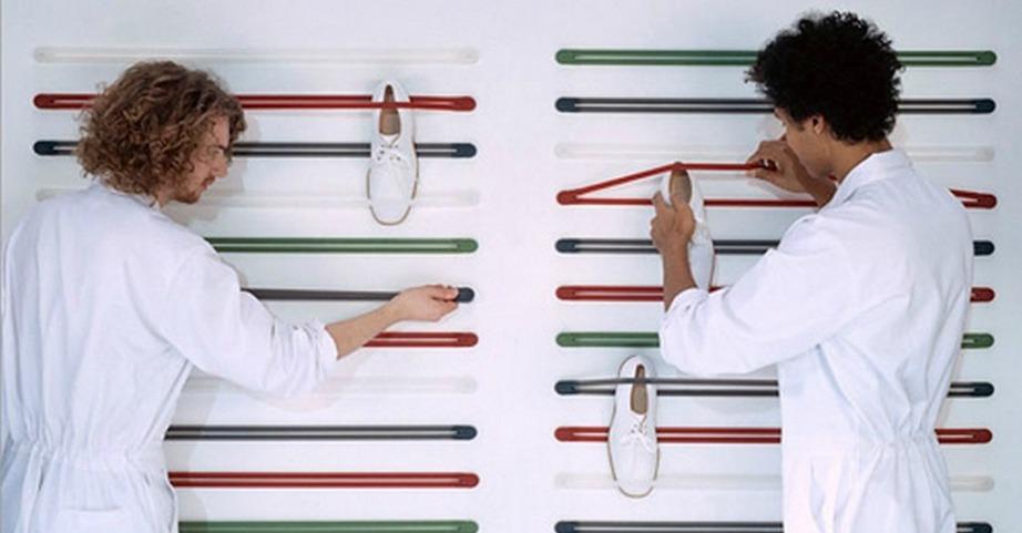 Τα ελαστικά straps της φωτογραφίας τοποθετούνται εύκολα στον τοίχο και εκεί μπορείτε να στερεώνετε τα παπούτσια σας.