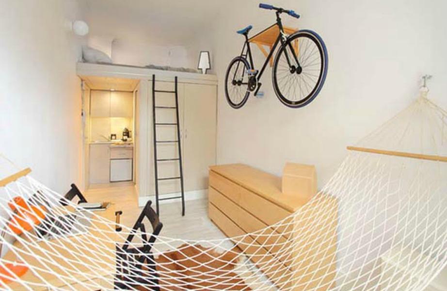 Το ποδήλατο τοποθετήθηκε στον τοίχο για εξοικονόμηση χώρου.