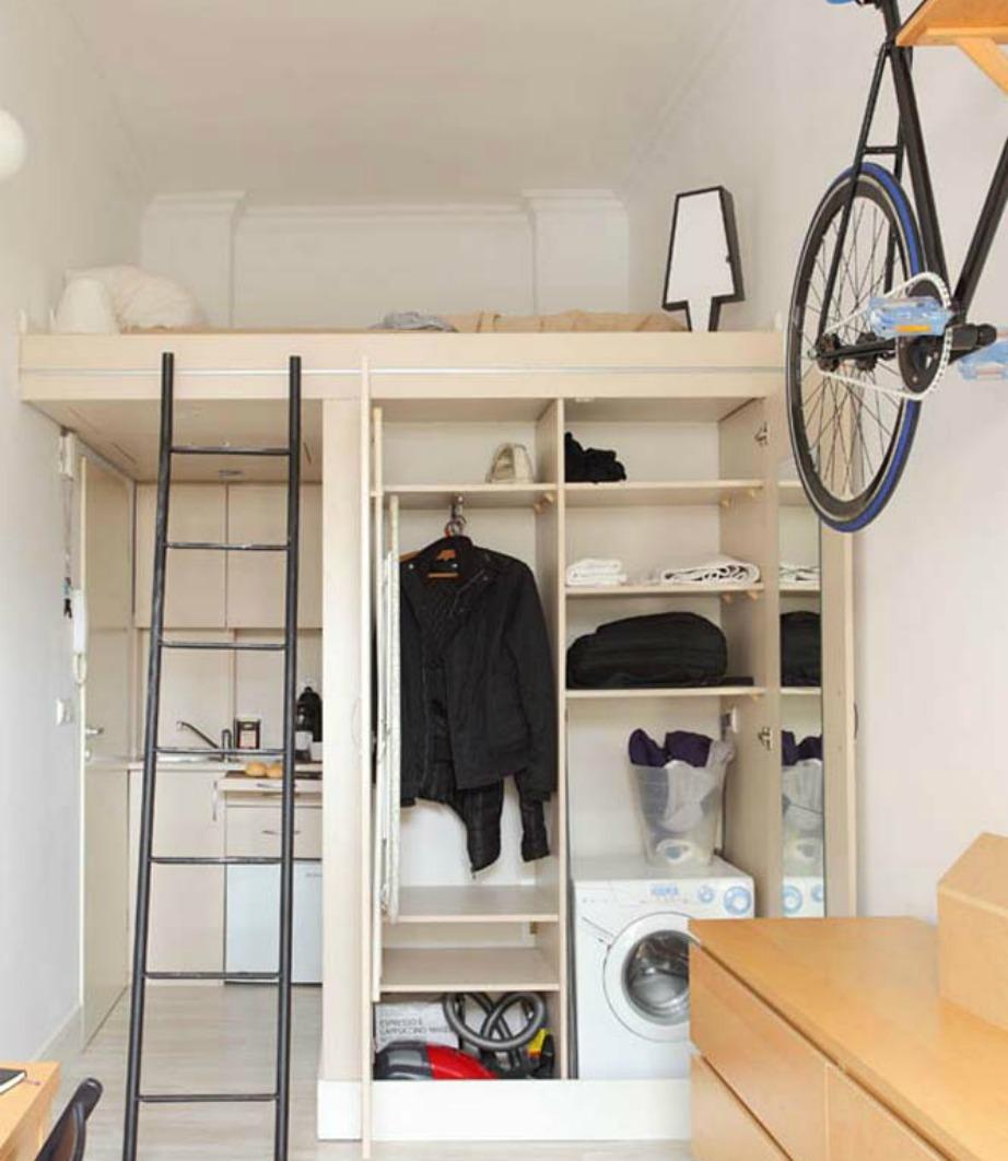 Η μεγάλη ντουλάπα είναι απαραίτητη σε έναν χώρο τόσο μικρό.