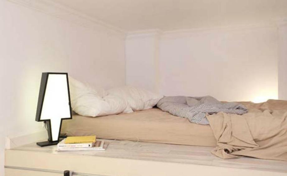 Το μεγάλο κρεβάτι είναι σαν να βρίσκεται σε πατάρι.