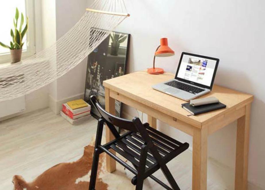 Το γραφείο είναι φτιαγμένο από ανοιχτόχρωμο ξύλο που συνδυάζεται πολύ με το λευκό των τοίχων. Η πλαστική μαύρη καρέκλα δίνει μοντέρνα νότα στον χώρο.
