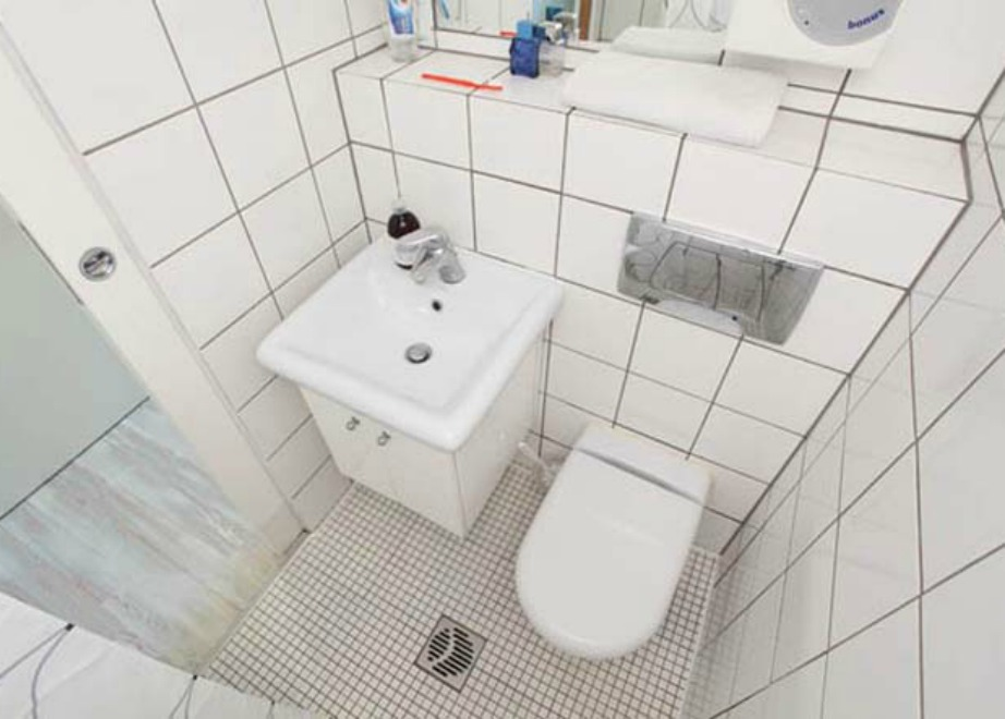 Το μπάνιο είναι πολύ μικρό αλλά έχει διακοσμηθεί σε μίνιμαλ τόνους για να μη φαίνεται φορτωμένο και ακόμα πιο μικρό.