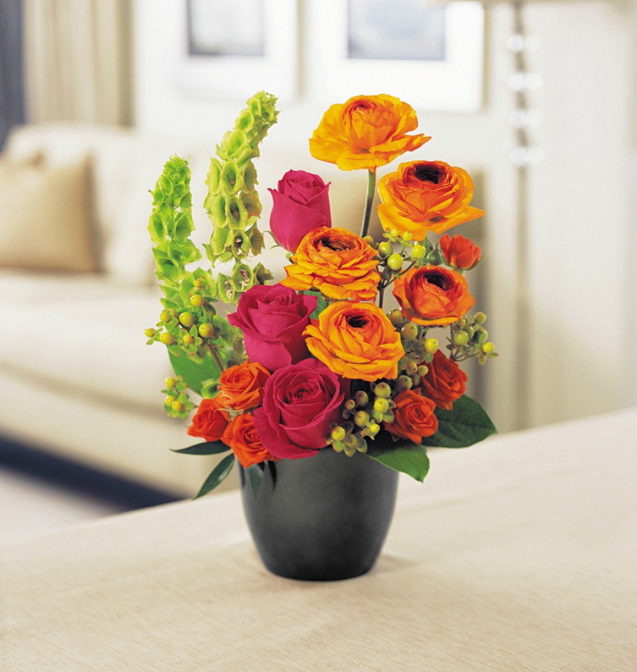 Ένα βάζο με πούχρωμα λουλούδια θα δώσει χρώμα στον χώρο σας εύκολα και οικονομικά.