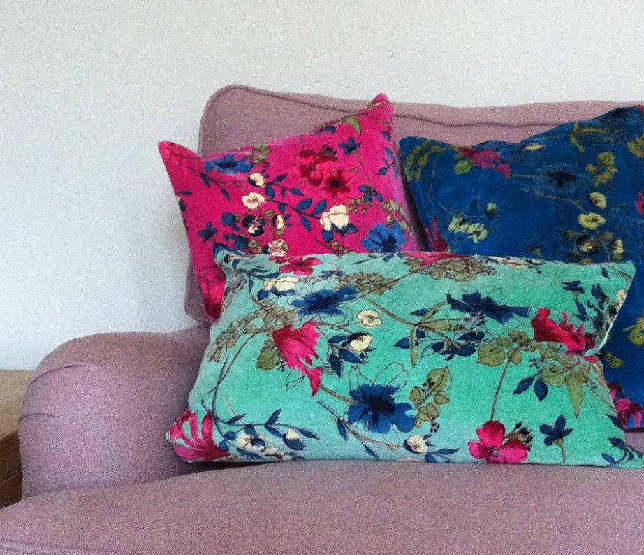 Τα φλοράλ μαξιλάρια δίνουν εύκολα ανοιξιάτικη διάθεση στον καναπέ σας.