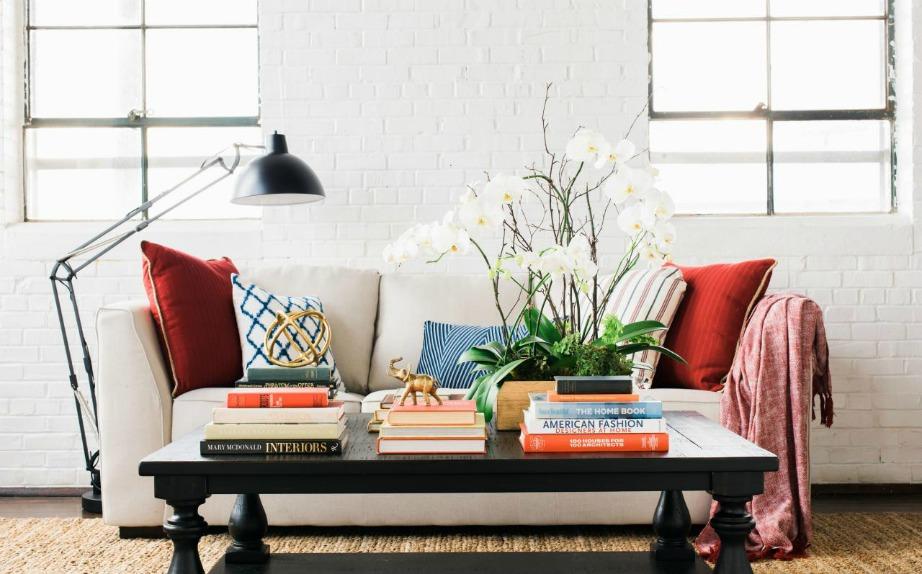 Χρησιμοποιήστε αγαπημένα σας βιβλία για να διακοσμήσετε το τραπέζι του σαλονιού ή το κομοδίνο στην κρεβατοκάμαρά σας.