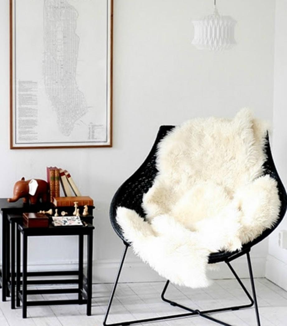 Μια λεπτομέρεια από γούνα ή μαλλί πάνω σε μια καρέκλα του σαλονιού ή του γραφείου σας, δίνει έξτρα πόντους στιλ στον χώρο.