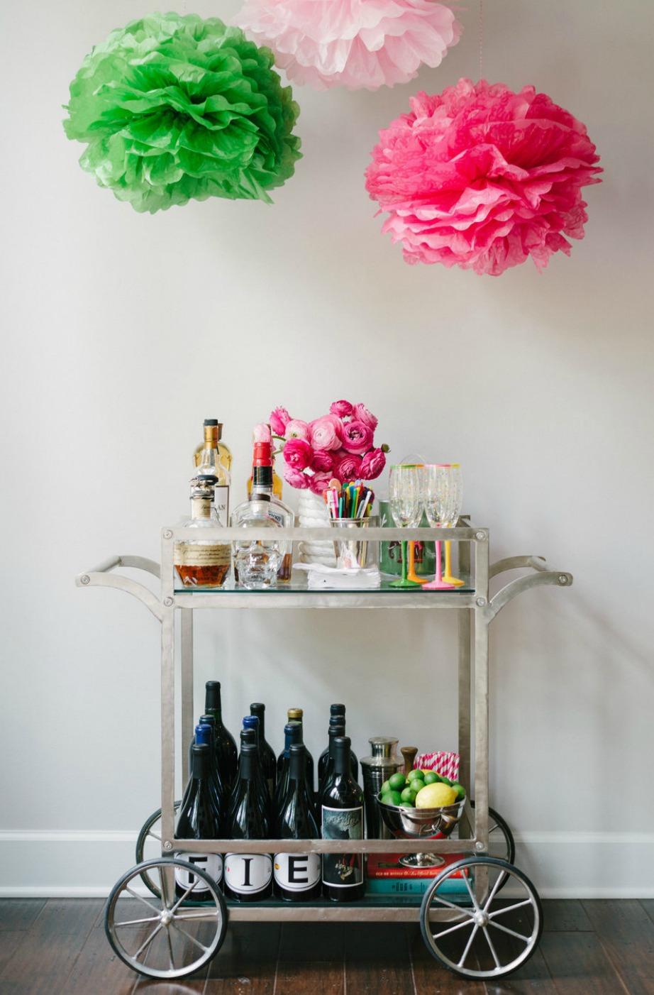 Διακοσμήστε όμως και τον χώρο γύρω από το ini bar για ακόμα πιο στιλάτο και όμορφο αποτέλεσμα. Για παράδειγμα, πάνω από το μπαρ της συγκεκριμένης φωτογραφίας έχουν κρεμαστεί μερικά πολύχρωμα πομ πομ που δίνουν στιλ και χρώμα σε όλο το δωμάτιο.