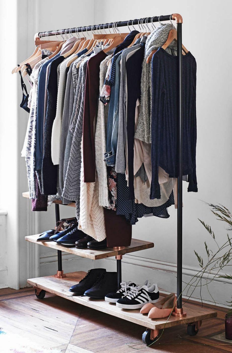 Οι ανοιχτές «ντουλάπες» που χρησιμοποιούνται στα υπνοδωμάτια αλλά και στο χολ (για να κρεμάνε οι καλεσμένοι τα παλτό) είναι must και μπορείτε να το υιοθετήσετε είτε έχετε έλλειψη αποθηκευτικού χώρου είτε όχι.