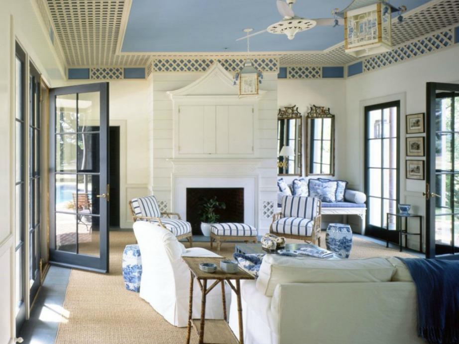 Σε δωμάτια με πολλές μπαλκονόπορτες και παράθυρα η επιλογή χρώματος στο ταβάνι είναι πολύ σωστή.