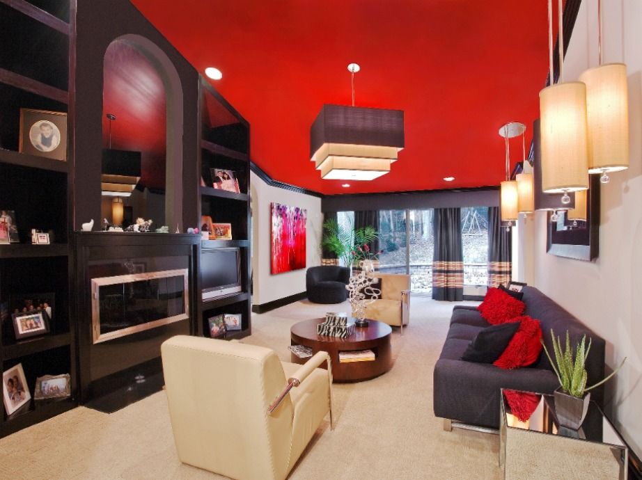 Αν βάψετε το ταβάνι σε σκούρες ή πού έντονες αποχρώσεις θα πρέπει να προσθέσετε φωτισμό στον χώρο για να δείχνει πιο φωτεινός.