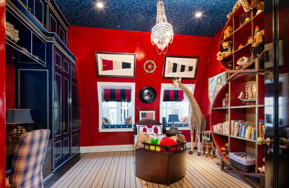 Το παιδικό δωμάτιο σίγουρα αντανακλά το στιλ του Tommy Hilfiger ως σχεδιαστή.