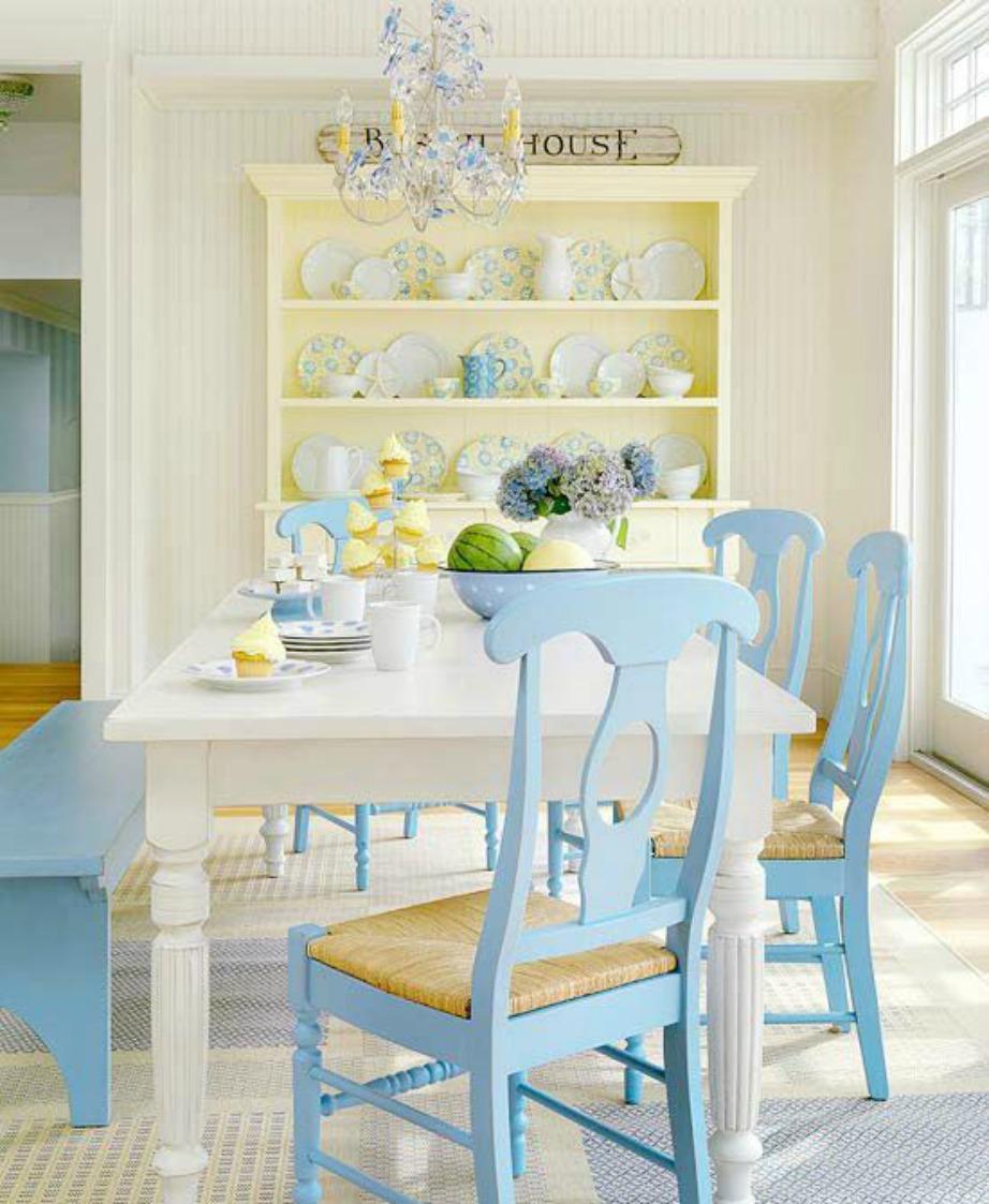 Δώστε χρώμα στην τραπεζαρία βάφοντας τις καρέκλες σας σε μια ζωηρή ή παλ απόχρωση.
