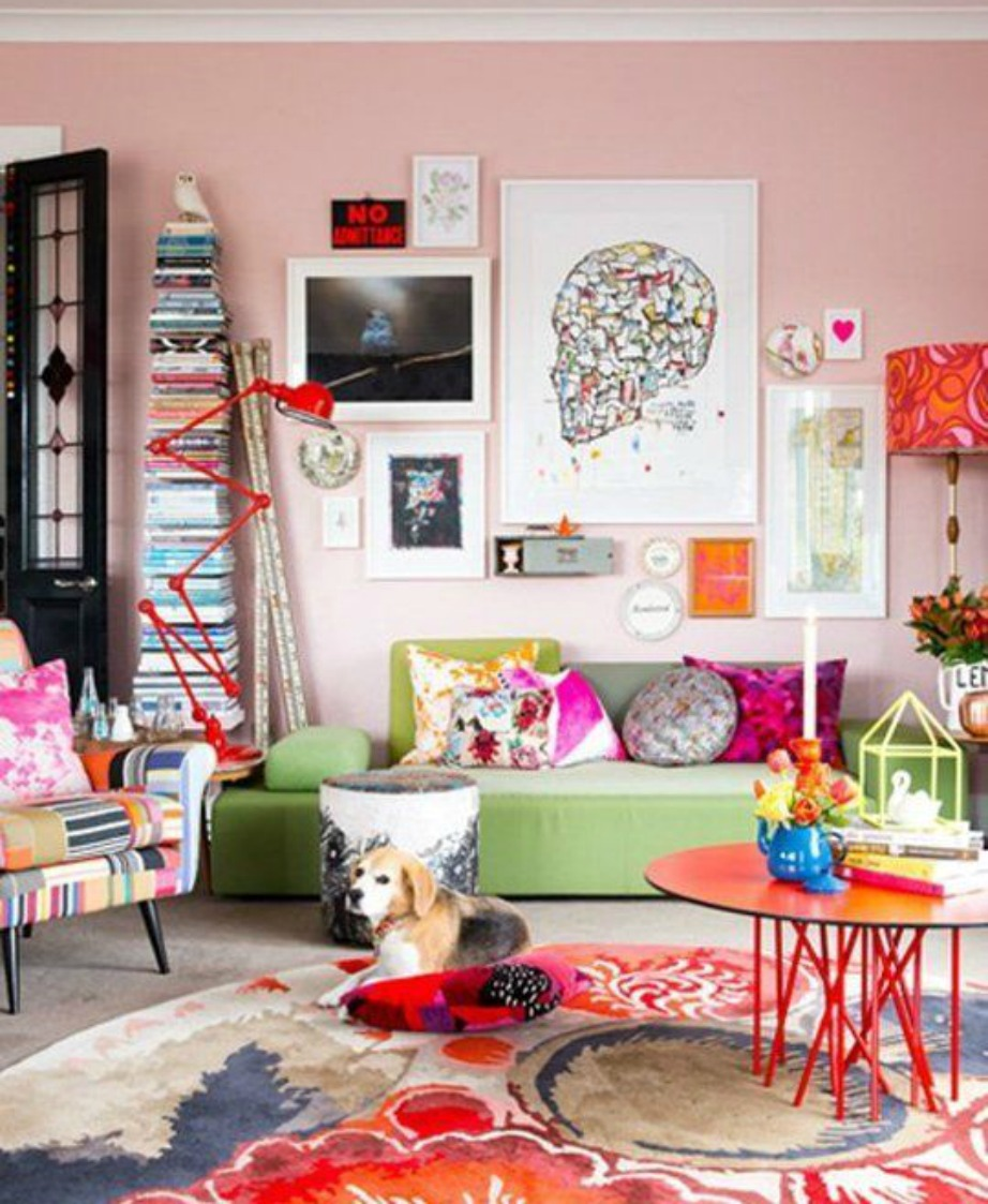 Μπορεί ο καναπές να μην είναι πολύ έντονος χρωματικά αλλά όλο το υπόλοιπο δωμάτιο είναι βομβαρδισμένο με πολλά χρώματα.