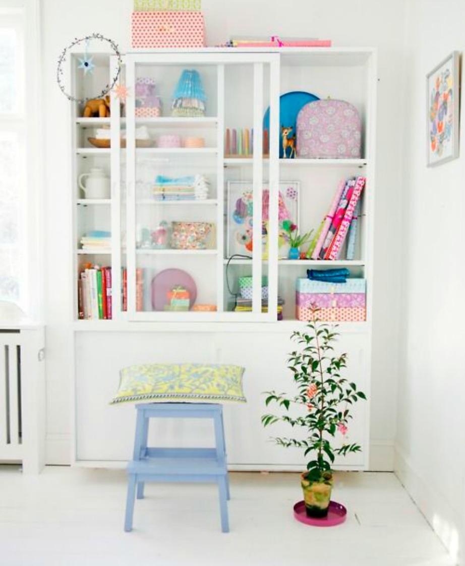 Αυτή η λευκή βιβλιοθήκη έχει διακοσμηθεί με πολύχρωμα βιβλία και διακοσμητικά και έτσι δείχνει γεμάτη χρώμα και ζωντάνια.